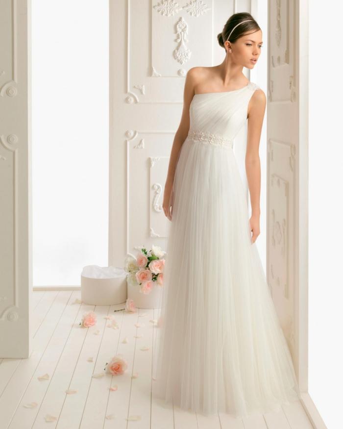 robe grecque, col asymétrique en couleur blanche, ceinture en perles