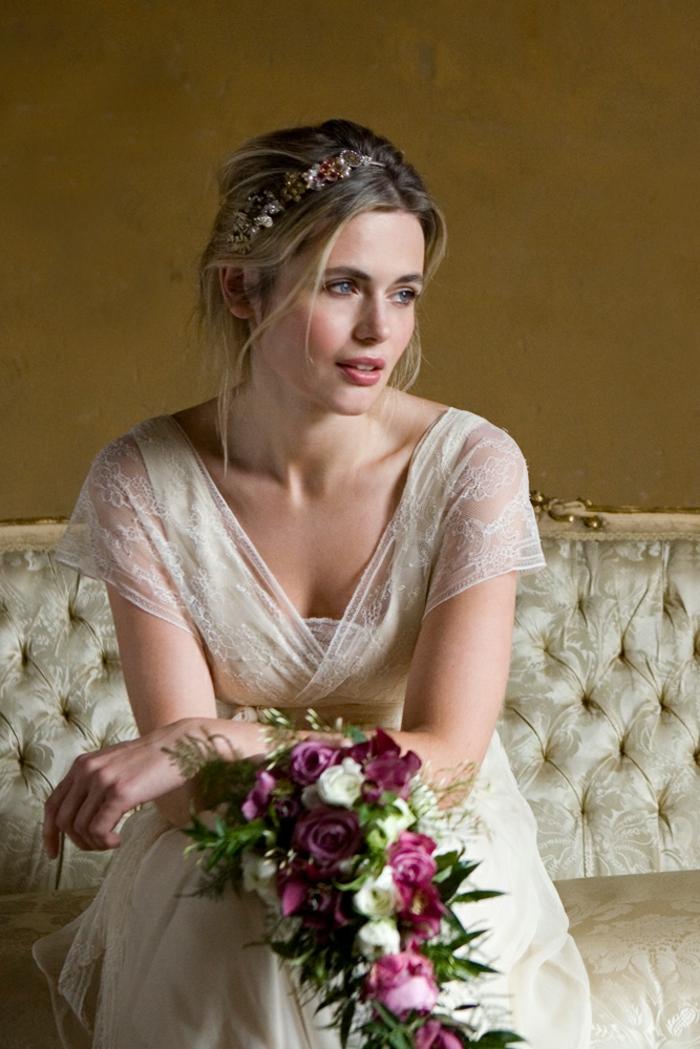 robe de mariée grecque, petites manches en dentelle, robe écru, couronne en perles