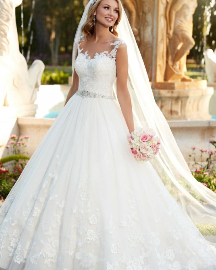 robe de mariée grecque, bustier en dentelle, bretelles en motifs floraux, voile longue