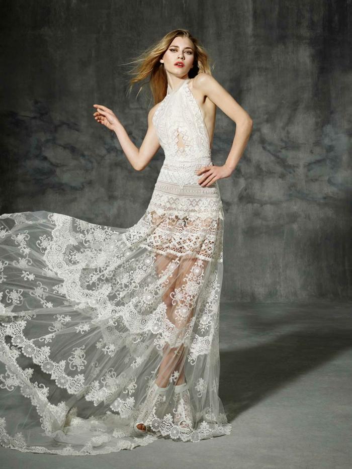 une robe de mariée dentelle à encolure ras de cou