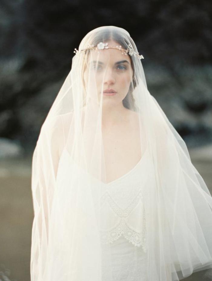 le look parfait pour un mariage bohème, un voile nuptial combiné avec une couronne romantique