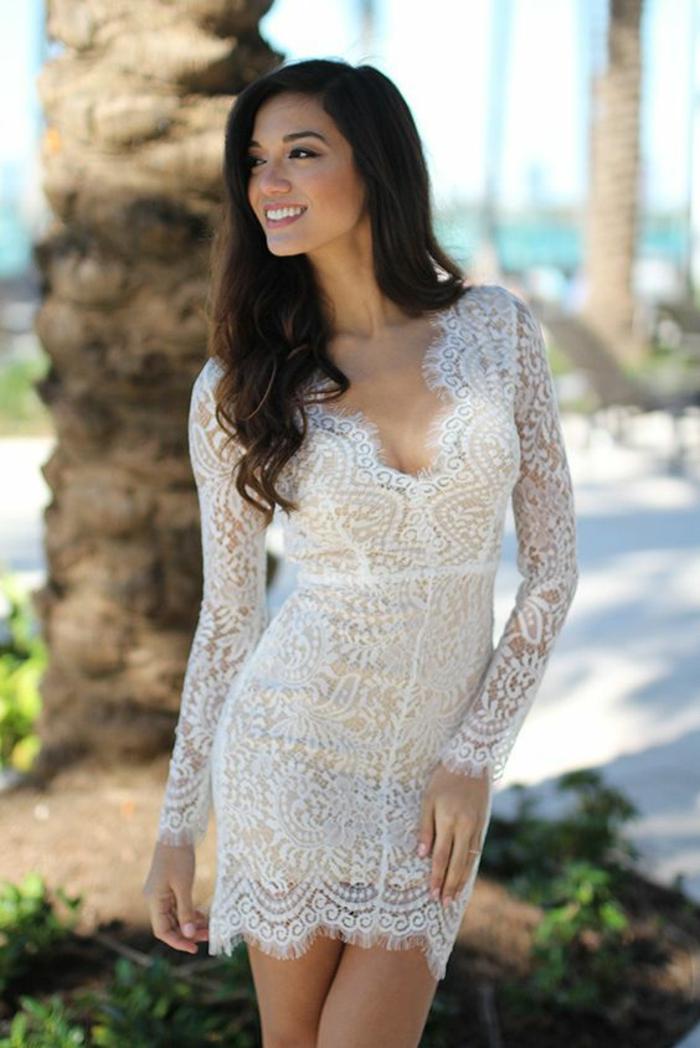 une élégante robe de mariée courte dentelle à manches longues