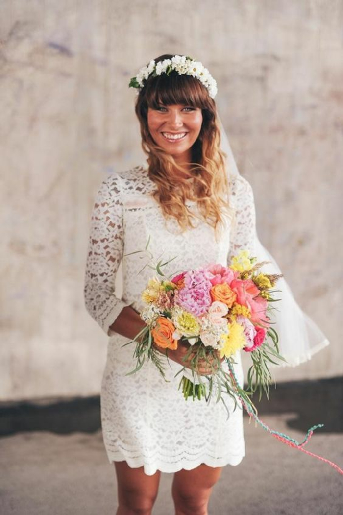 une robe de mariée courte dentelle à coupe droite, coiffure romantique avec couronne de fleurs et des cheveux détachés