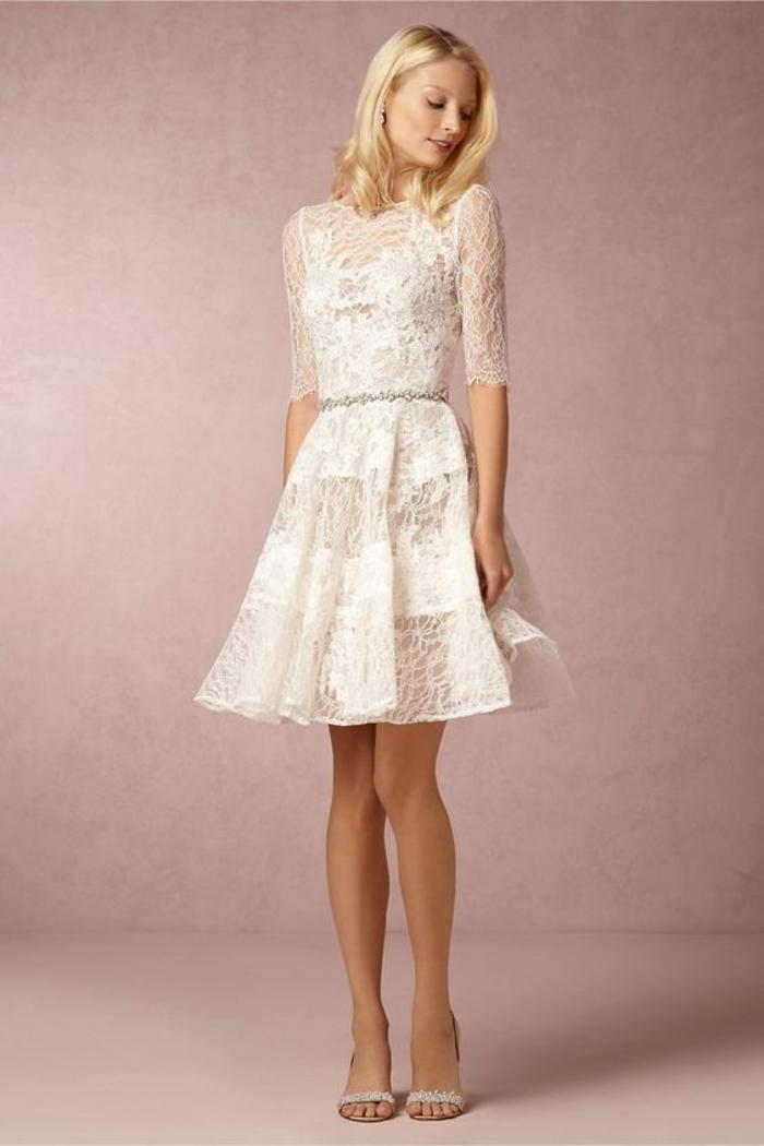 une robe de mariée courte dentelle fine, coupe élégante évasée