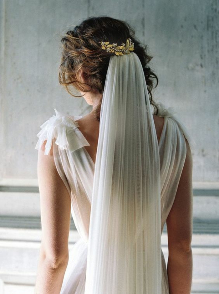 joli accessoire mariage attaché à la coiffure romantique, un voile de mariée fixé avec peigne feuille de laurier