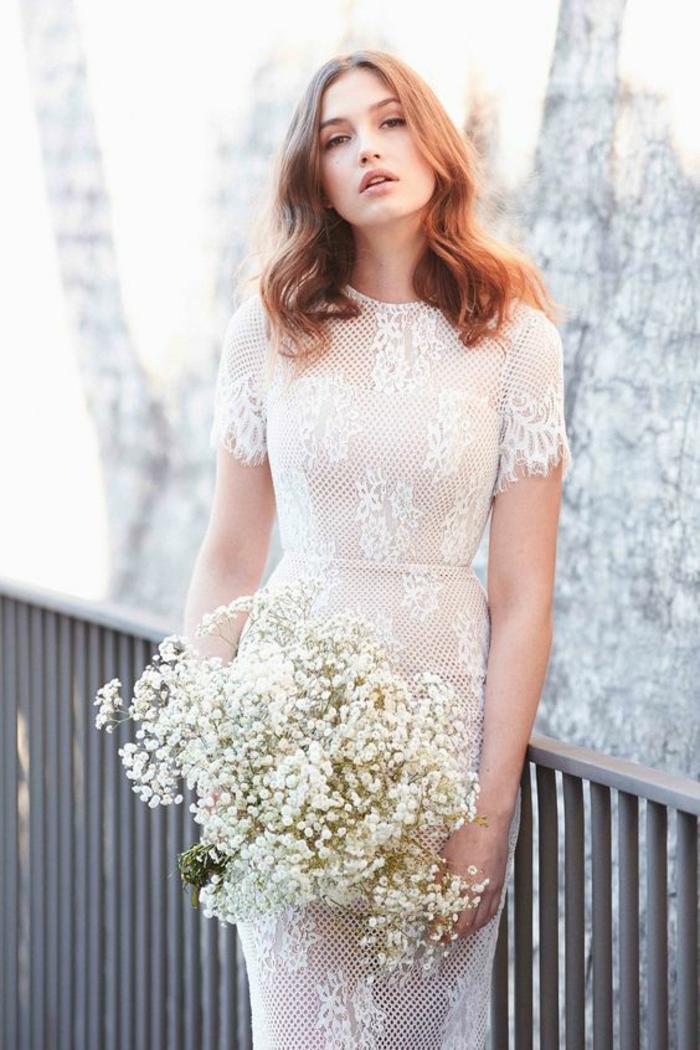 modèle en dentelle très fine, une robe de mariée courte dentelle à coupe élégante et à manches courtes