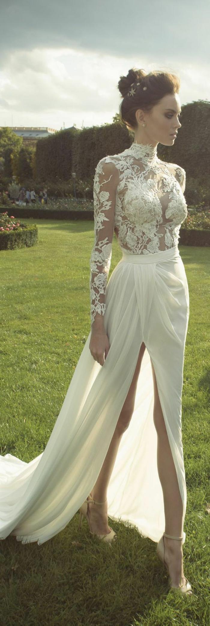 une robe de mariée longue à coupe élégante et chic, robe à col roulé et à manche longues dentelle, jupe portefeuille