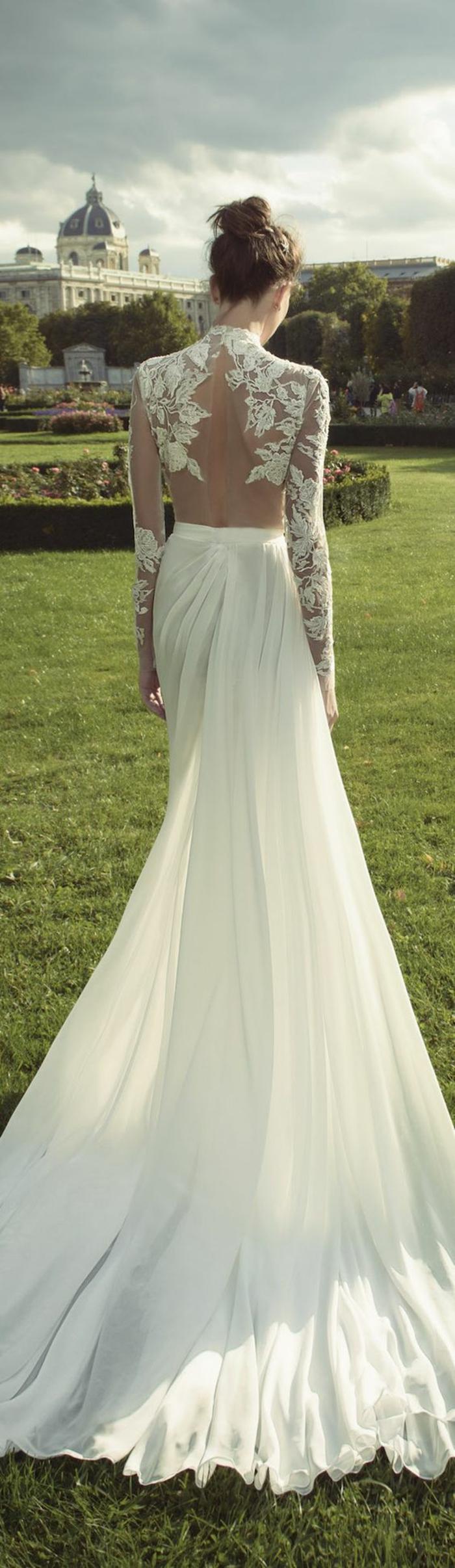 une robe de mariée longue à coupe élégante et chic, robe à col roulé et à dos nu, manches longues dentelle