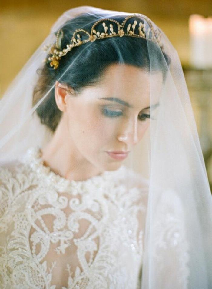 coiffure de mariée élégante complétée avec couronne et voile mariée en tulle