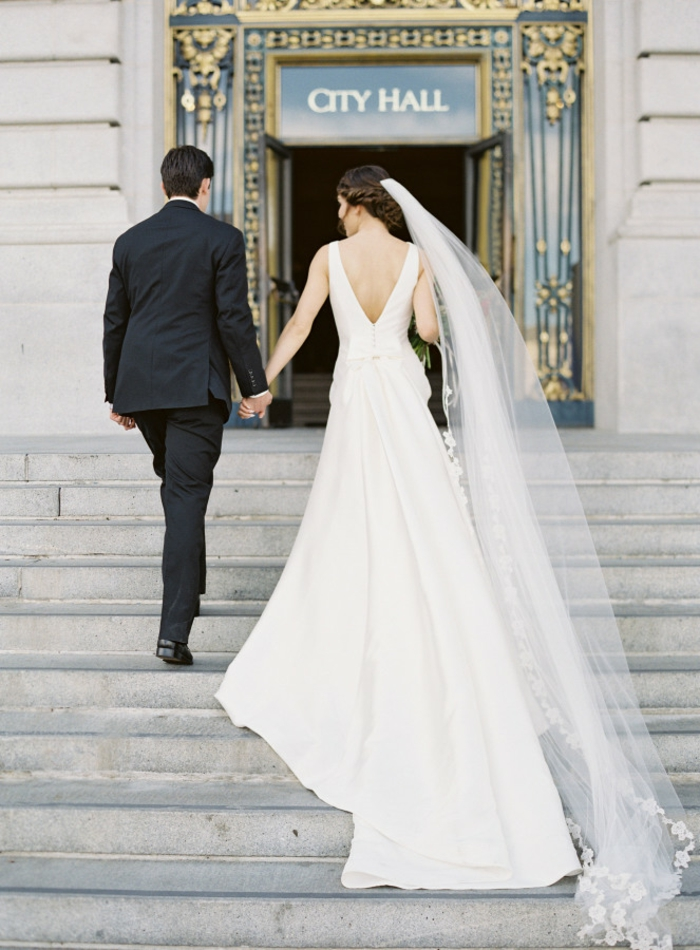 un voile mariée de type chapelle, robe de mariée à traîne avec finition en dentelle
