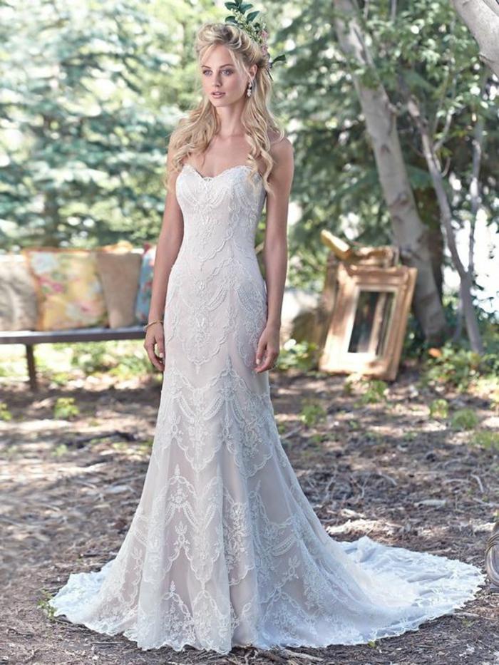 silhouette élégante et féminine, modèle vintage de robe dentelle à bustier coeur,