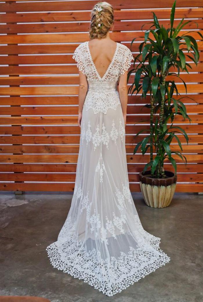 une élégante robe de mariée longue à dos décolleté, robe ajustée à finitions en dentelle