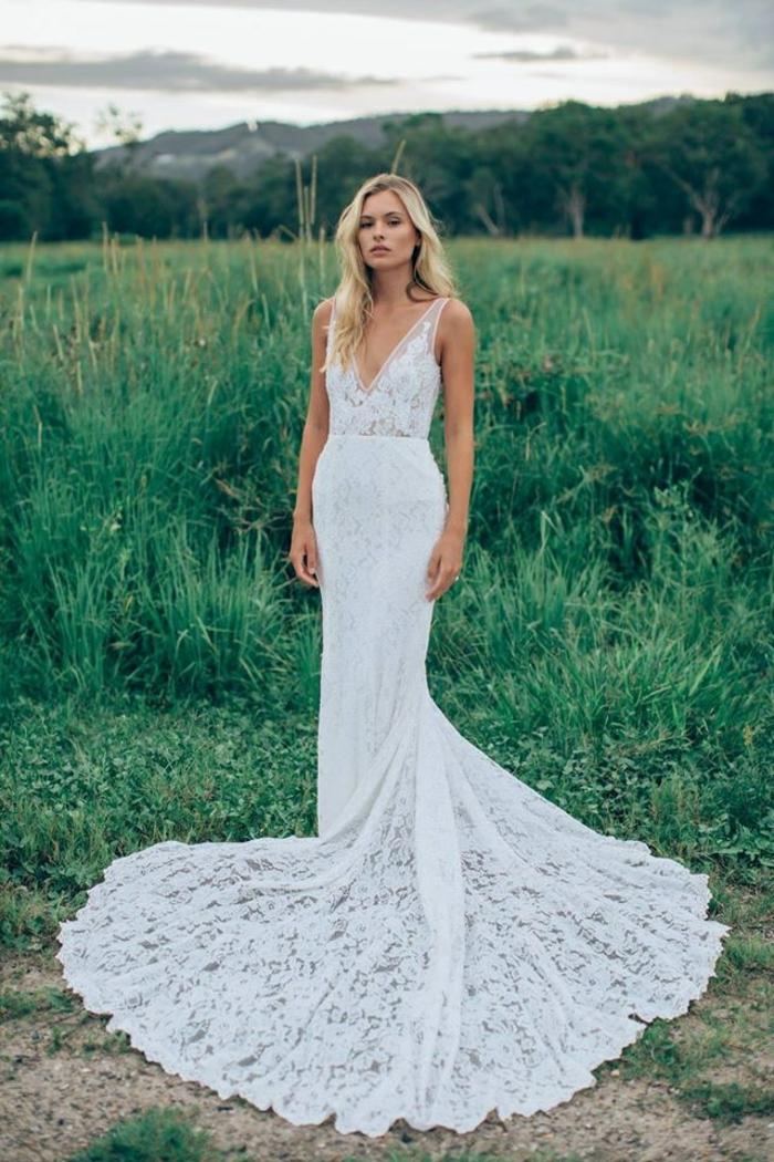 une robe de mariée longue et fluide à encolure en v, une robe de sirène en dentelle style bohème chic
