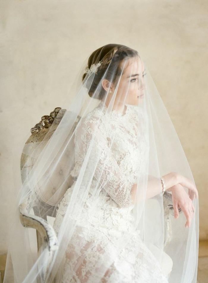 vision élégante et conservative avec une robe de mariée en dentelle et un voile mariée long