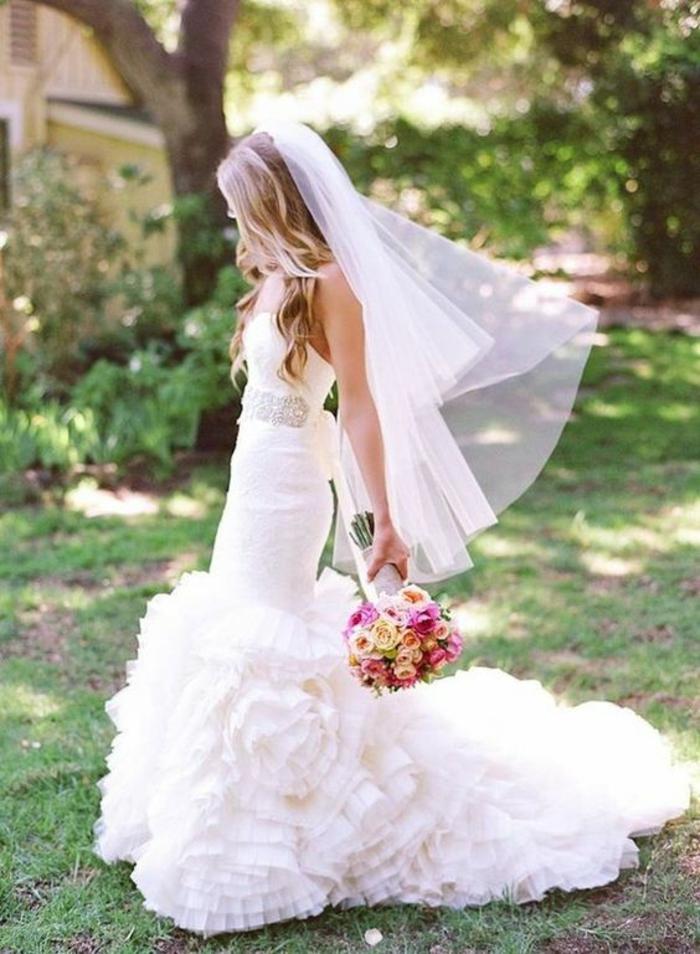 un voile mariée traditionnel longueur du bout des doigts, robe de mariée glamour