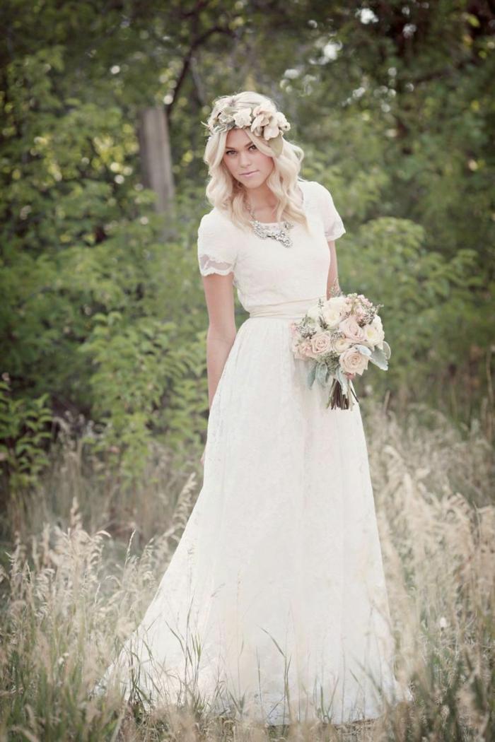 robe déesse grecque, couronne en fleurs, robe à petites manches en dentelle