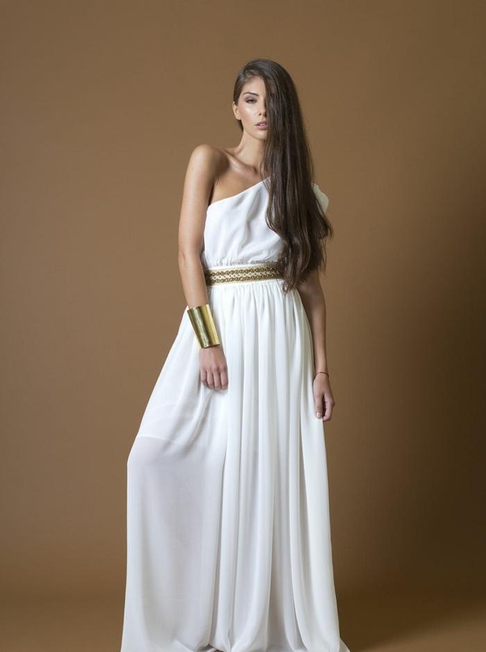 robe grecque, col asymétrique, ceinture dorée, cheveux longs brunes