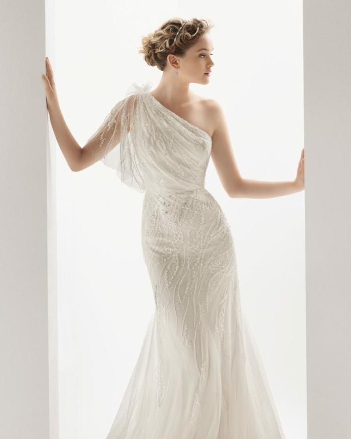 déesse grec, cheveux blonds, col asymétrique en voile et dentelle, robe à forme sirène