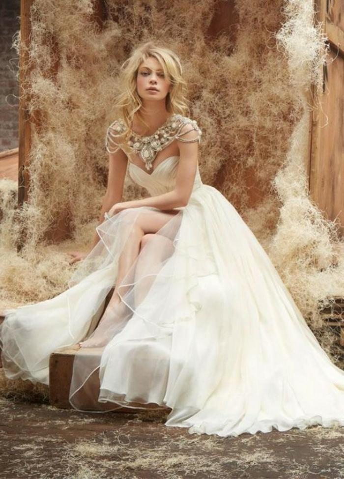 robe grecque antique, couleur écru, collier bohème, cheveux blonds, jupe en tulle