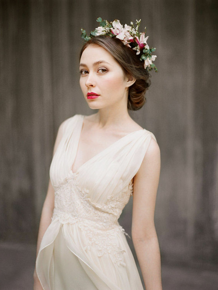 robe grecque antique, couleur écru, décolleté en V, bretelles en voile, couronne en fleurs