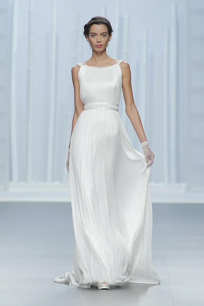 robe grecque, gants de mariée en dentelle, ceinture à fleurs, chaussures à talons