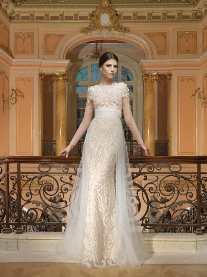 élégante robe de mariée dentelle couleur blanc cassé, robe ajustée