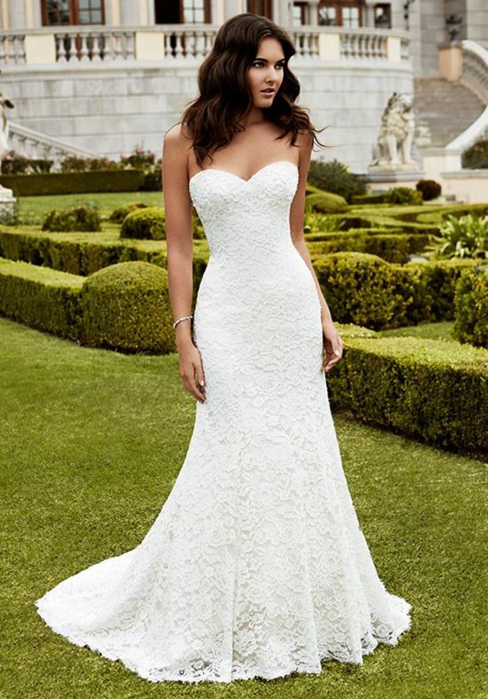 robe de mariée élégante à bustier coeur, coiffure simple cheveux détachés