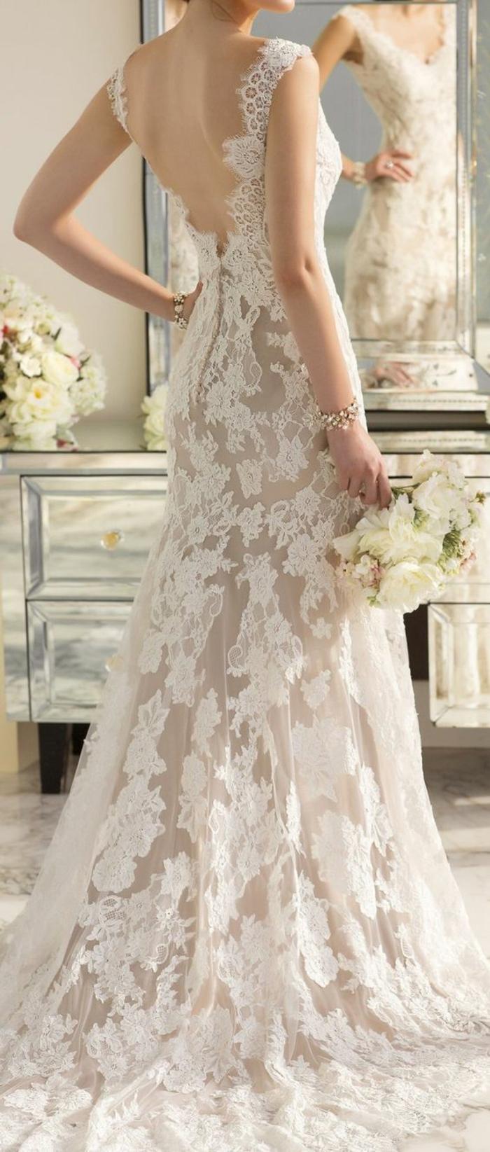 robe de mariée longue en dentelle dos décolleté, coupe élégante et fluide