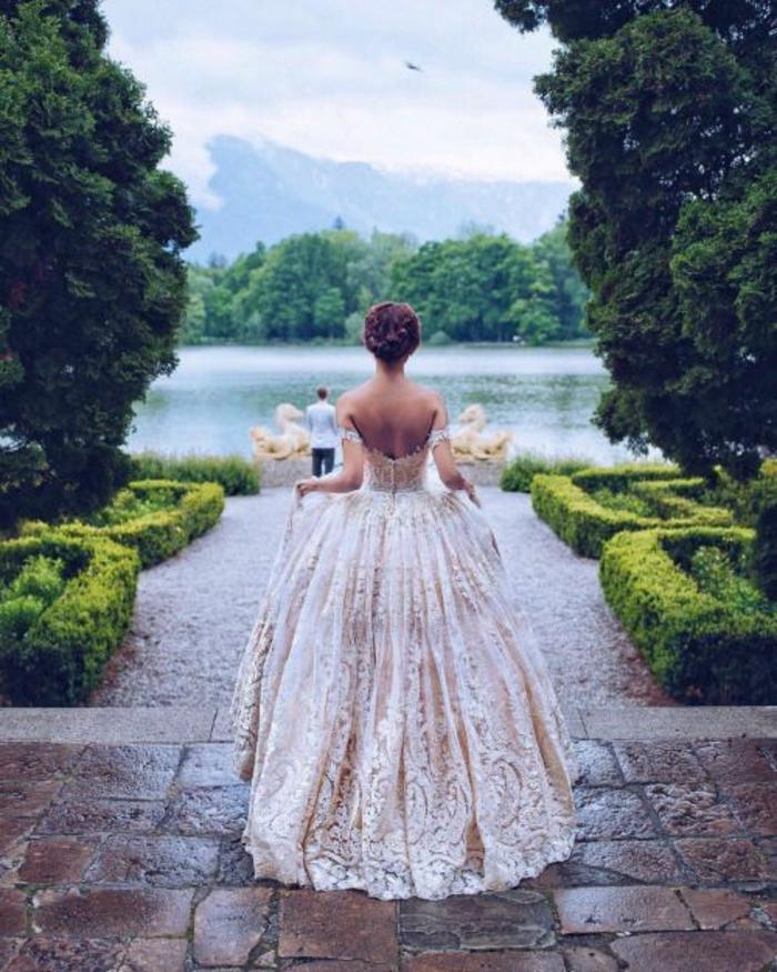un look de princesse avec robe de mariée dentelle à jupe bouffante, aux épaules dénudées