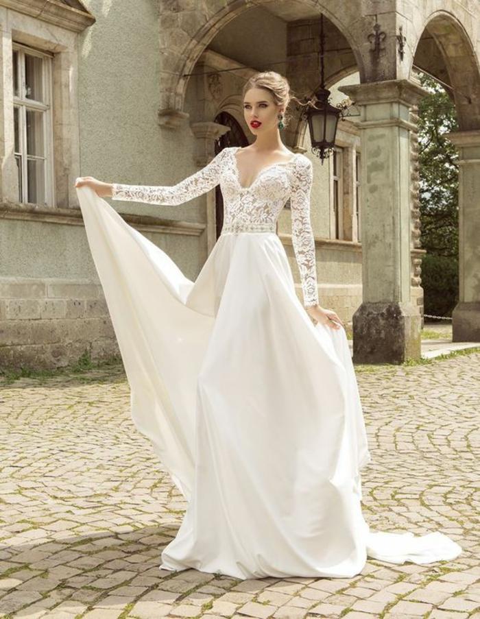 une robe de mariée longue à manches dentelle, jupe en mousseline,