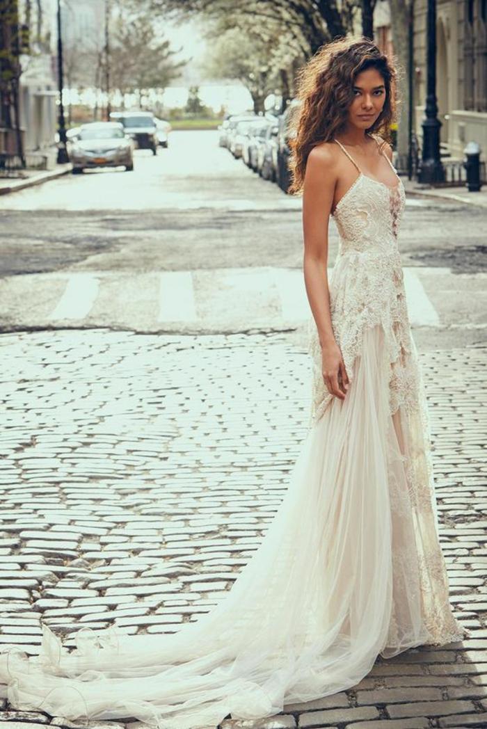 robe de mariée longue non traditionnelle à fines bretelles,