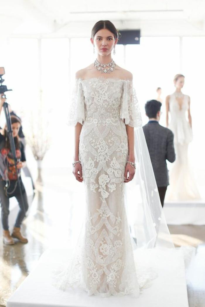 modèle élégant de robe de mariée dentelle aux épaules dénudées