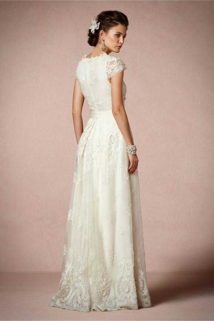 des détails en dentelle pour une vision élégante, robe de mariée simple et chic à manches courtes