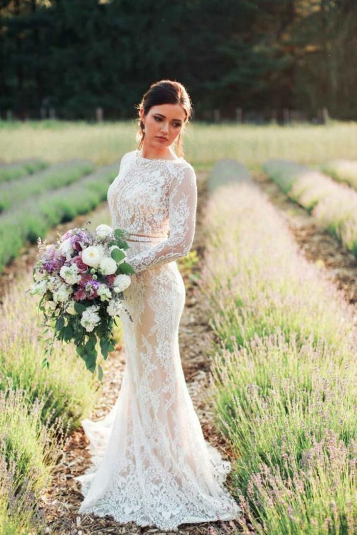 mariage bohème chic, une robe de mariée simple et chic, manches longues en dentelle