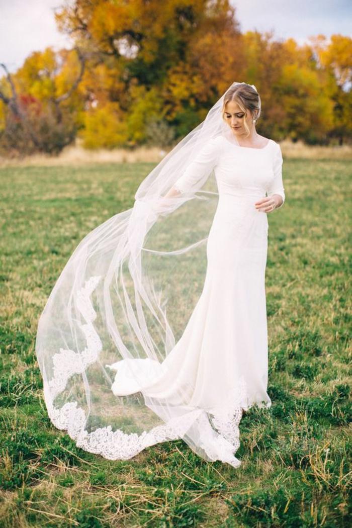 robe de mariée élégante à manches longues et long voile chapelle