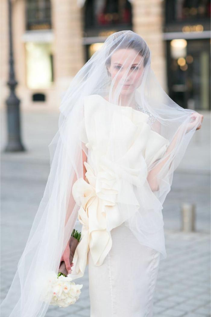 une robe de mariée originale portée avec un long voile marié