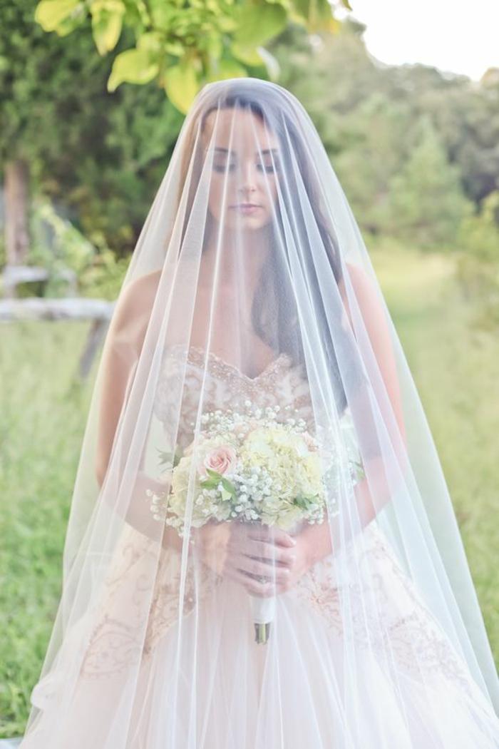se coiffer d'un long voile mariée, coiffure de mariage cheveux détachés ondulés