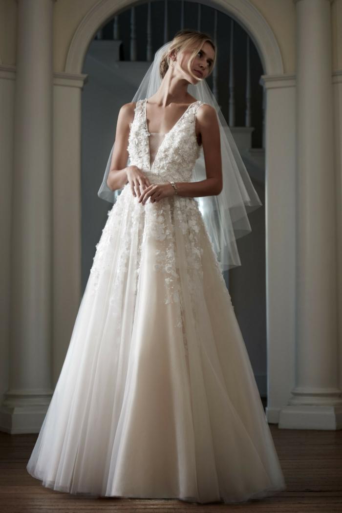 comment porter le voile nuptial de façon classique, robe de mariée à col v profond