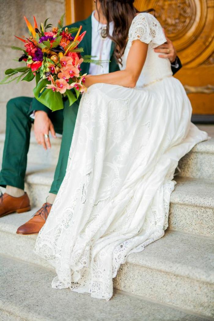 une robe simple et chic aux manches courtes en dentelle, jupe à finition en dentelle