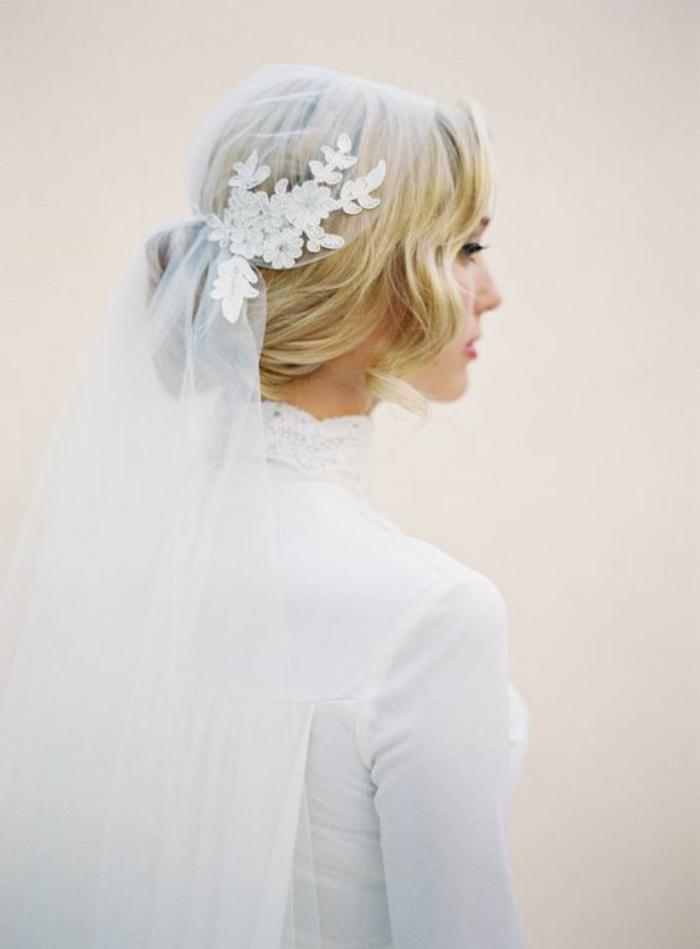 une robe de mariée vintage à col roulé en dentelle et voile juliette cap brodé