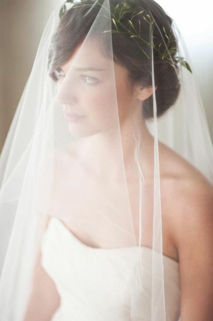 jolie idée pour un mariage champêtre, coiffure romantique avec couronne fleurie et voile délicat