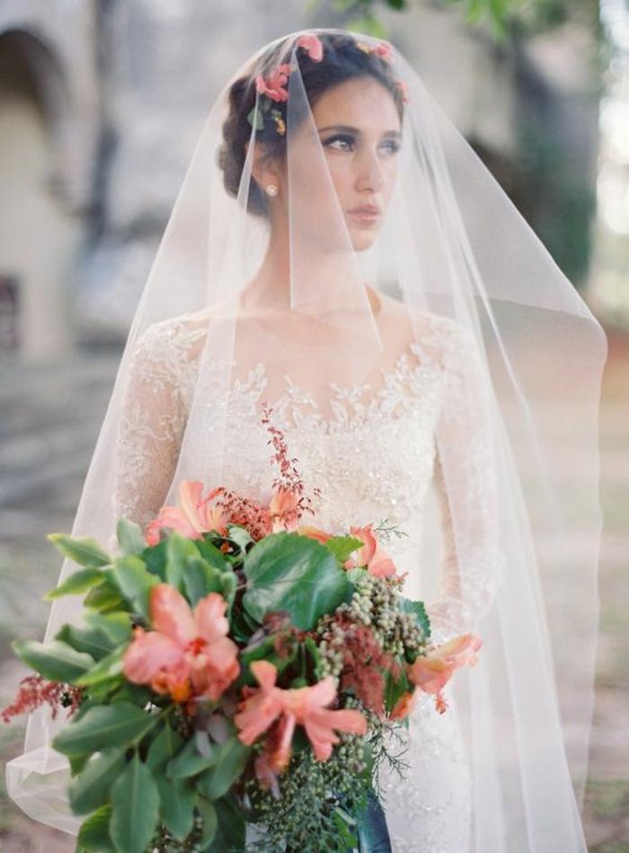 look de mariée romantique avec couronne de fleurs et voile féerique