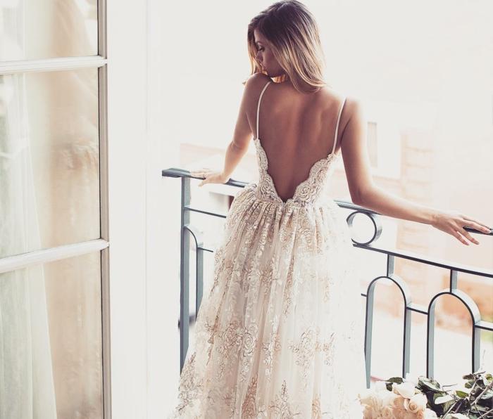 tendance dos décolleté, robe de mariée dentelle à jupe volumineuse, couleur champagne