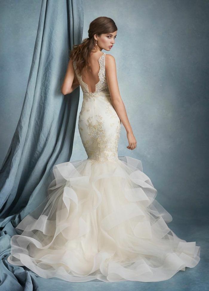 tendance dans les robes de mariée, robe de mariée moulante à jupe en tulle, silhouette de sirène