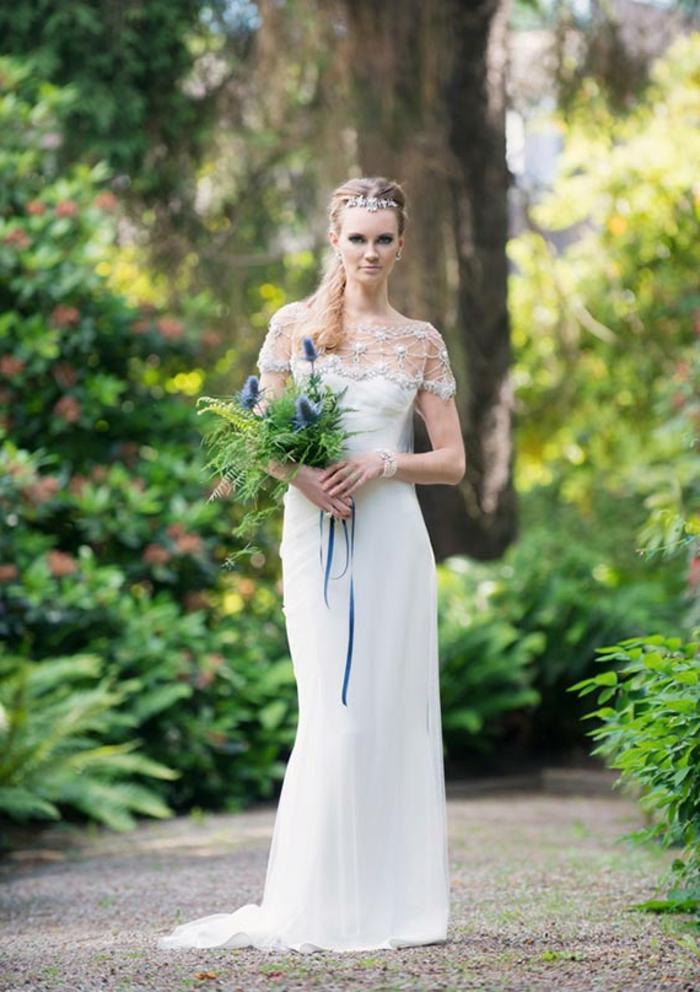 tenue grecque pour mariage, robe de mariée longue, col en dentelle, couronne en diamants