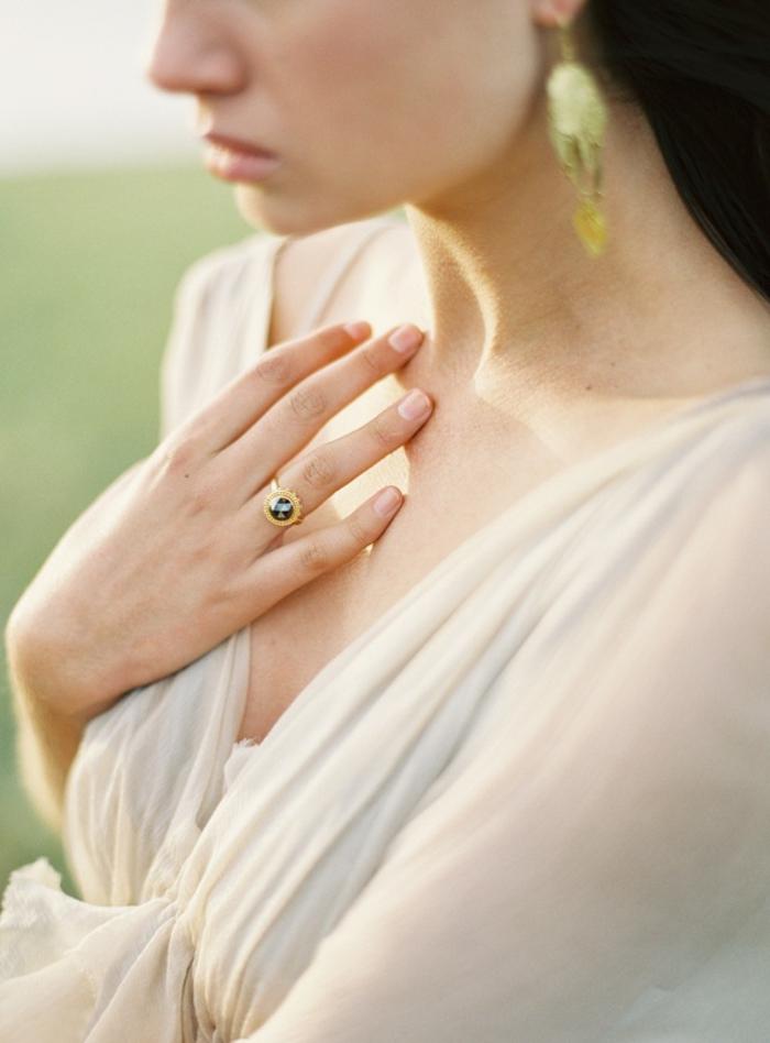 tenue grecque pour mariage, bijoux en or, robe de mariée en écru