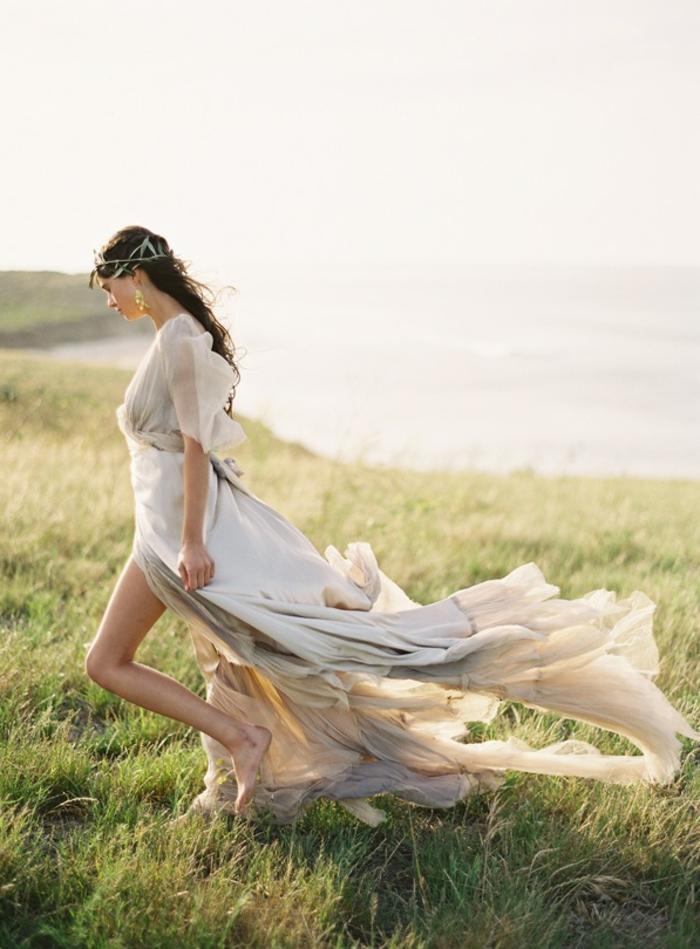 deesse grecque, mariage au bord de la mer, cheveux brunes, robe à ouvertes jambes