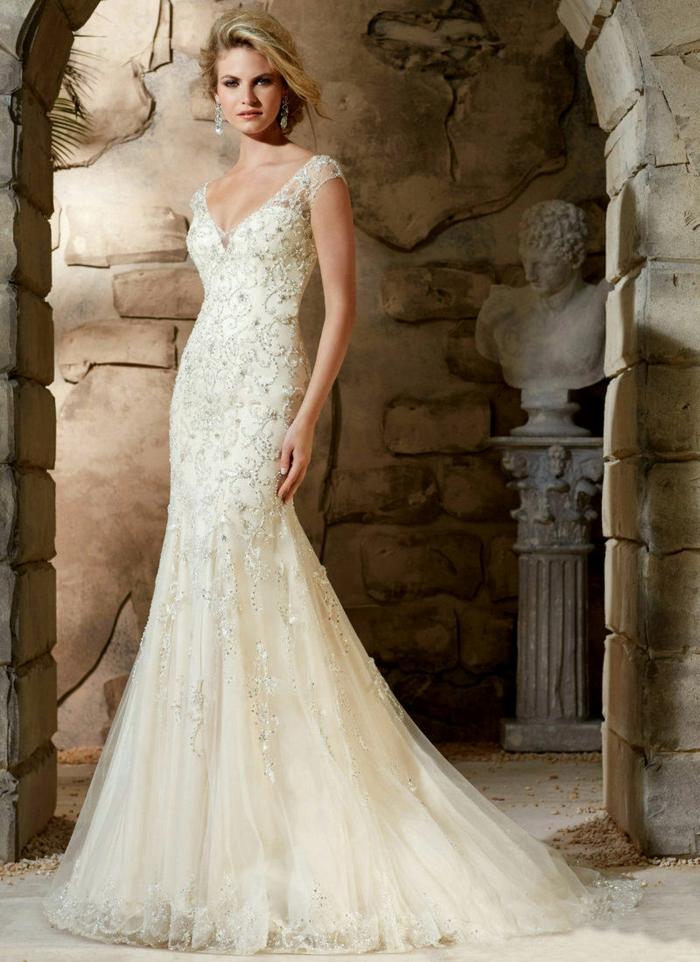 robe déesse grecque, cheveux blonds, robe en forme sirène, boucles d'oreilles en diamants, décolleté en V