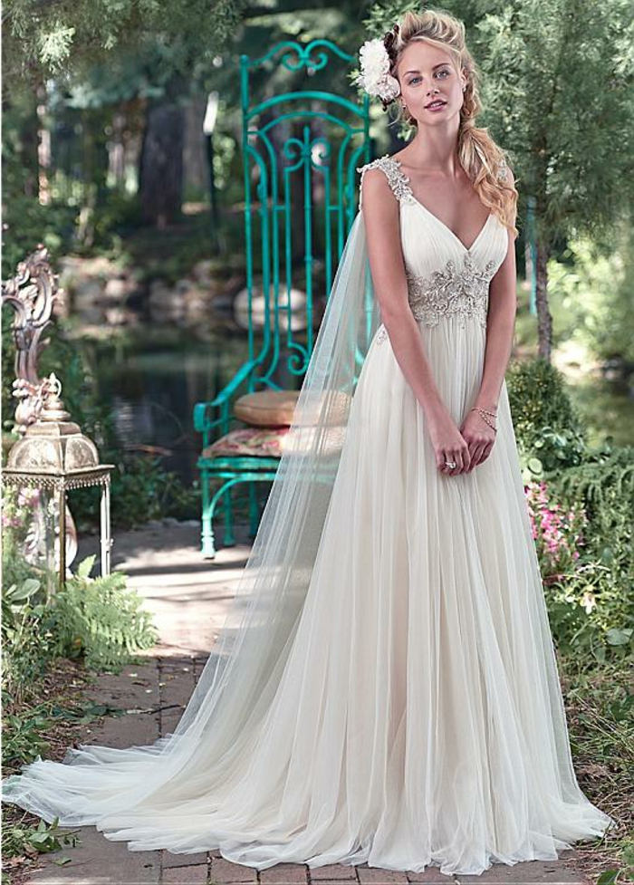 déesse grec, robe de mariée en écru, coiffure avec fleurs, décolleté en V
