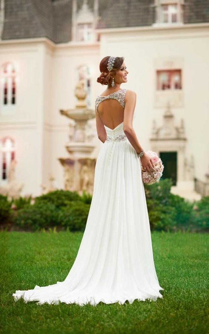 tenue grecque pour mariage, robe de mariée longue, dos nu avec décoration en diamants